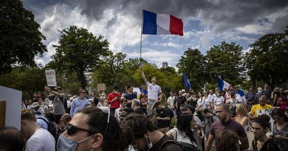 Wielotysięczne manifestacje przeciwko paszportom covidowym odbywały się dziś w wielu miastach Francji. W Paryżu, Lyonie i Marsylii doszło do potyczek manifestujących z policją, która użyła gazu łzawiącego.