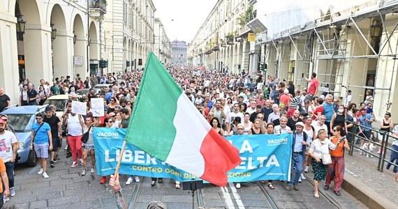 """""""Nie dla przepustki Covid-19"""", """"nie dla zniewolenia"""" - pod takimi hasłami w 80 miastach i miasteczkach w całych Włoszech, od Alp po Sycylię odbyły się wiece przeciwko obowiązkowi przepustek przy wejściu do wielu miejsc publicznych."""