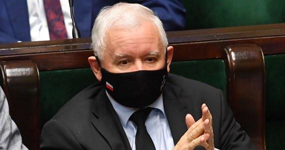 Prezes PiS Jarosław Kaczyński obiecuje posłom podwyżki uposażenia - informuje portal Oko.press. Pomysł jest taki, by podnieść mnożnik, który pozwoliłby na te podwyżki poprzez rozporządzenie, bez potrzeby zmian ustaw i głosowań w Sejmie.
