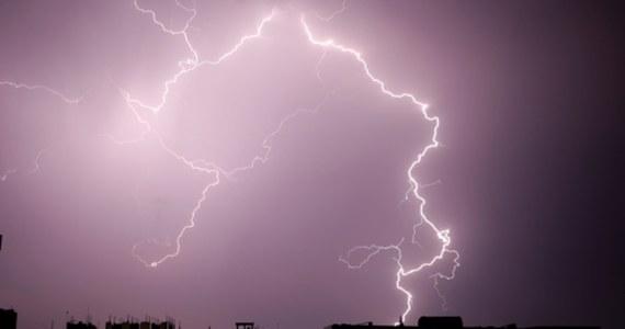 """""""W niedzielę spodziewany jest powrót gwałtowniejszej pogody; na całym obszarze kraju możliwy będzie przelotny deszcz, a miejscami wystąpią burze"""" - powiedział synoptyk IMGW Jakub Gawron. Opady wyniosą do 20 mm, a porywy wiatru - do 70 km/h."""