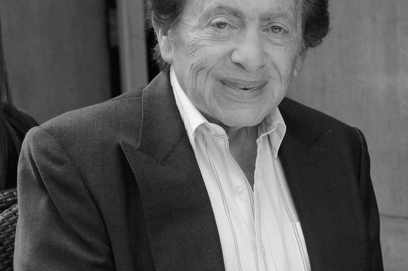 W wieku 93 lat zmarł w sobotę amerykański komik, artysta estradowy i aktor Jackie Mason, który zyskał ogólnokrajową sławę swoimi błyskotliwymi monologami, w których ostro i dowcipnie wypowiadał się na temat różnych problemów społecznych.