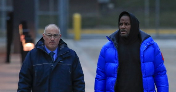 Prokuratorzy federalni badający sprawę przestępstw seksualnych popełnionych przez gwiazdę muzyki R&B i hip-hopu R. Kelly'ego poinformowali w sobotę, że zamierzają poszerzyć listę zarzutów o jego relacje seksualne z dwoma niepełnoletnimi mężczyznami.