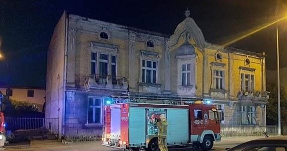 W nocy zawalił się dach dyskoteki w Kościanie w Wielkopolsce. Nikomu nic się nie stało. Drewniana konstrukcja osiadła na nieużytkowanym poddaszu. Klienci lokalu, o tym co się stało, dowiedzieli się od wezwanych na miejsce strażaków.