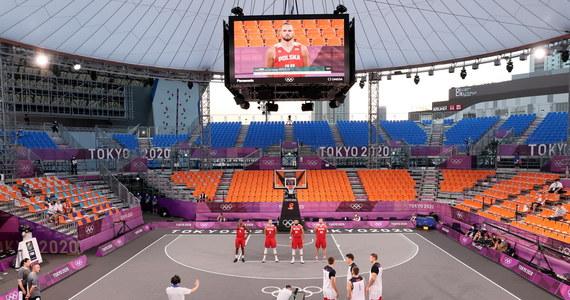 Polscy koszykarze 3x3 wygrali z reprezentacją Rosyjskiego Komitetu Olimpijskiego 21:16 w swoim czwartym meczu turnieju olimpijskiego w Tokio. To ich drugie zwycięstwo w igrzyskach. Wcześniej w niedzielę przegrali z Serbią 12:15, podobnie jak RKO z Belgią 16:21.