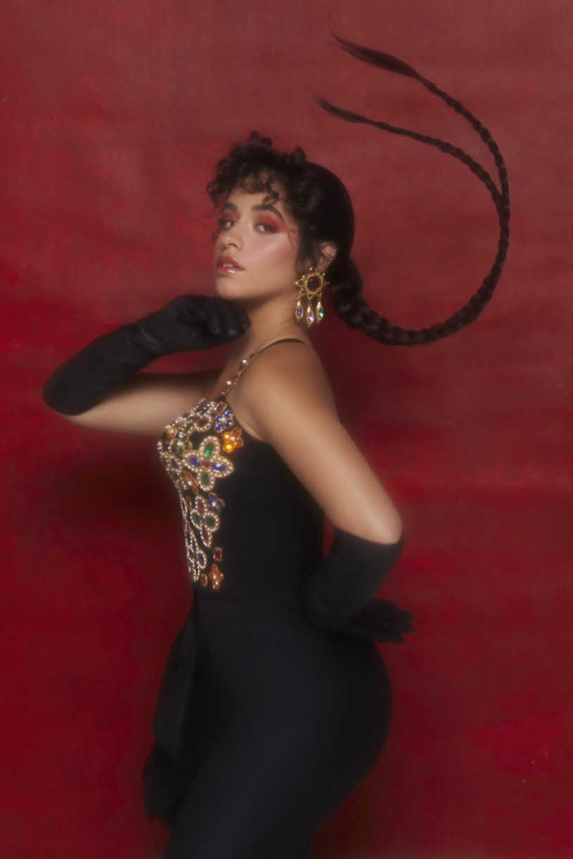 """Trzykrotnie nominowana do Grammy multiplatynowa piosenkarka i stała bywalczyni list przebojów, Camila Cabello zaprezentowała nowy singel oraz towarzyszący mu teledysk """"Don't Go Yet"""". Utwór jest zapowiedzią trzeciego albumu studyjnego artystki zatytułowanego """"Familia""""."""