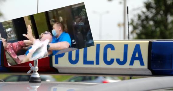 """W niedzielę po południu w jednym z punktów szczepień w Grodzisku Mazowieckim doszło do awantury pomiędzy pracownikami, a grupą osób, która próbowała wedrzeć się do placówki. Interweniowała policja. Dwie osoby zostały zatrzymane. Minister zdrowia Adam Niedzielski napisał, że sytuacja pokazuje, iż """"tu nie ma z kim dyskutować""""."""