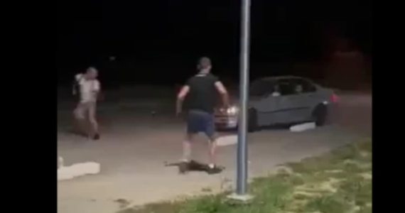 Policja zatrzymała trzy osoby w związku z nocną próbą potrącenia pieszych przy kąpielisku w Radymnie na Podkarpaciu. Nie ustalono jeszcze, kto kierował samochodem widocznym na nagraniu z incydentu.