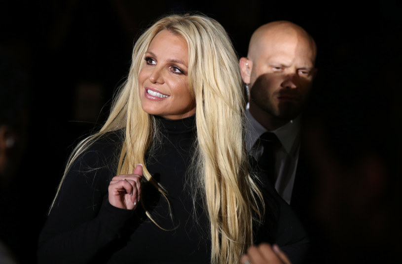 Fotografie, na których 39-letnia piosenkarka zasłania brodawki odsłoniętych piersi trudno w gruncie rzeczy uznać za ordynarne czy pornograficzne. Ale Britney Spears wciąż wolno mniej. Media z jednej strony sekundują jej w walce o odzyskanie prawa do decydowania o sobie, z drugiej, piętnują każde zachowanie, które nie zostałoby zaakceptowane w... zakonie.