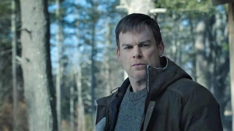 """To bez wątpienia jeden z najbardziej oczekiwanych seriali, jakie obecnie powstają. Po blisko dekadzie na ekran powróci ulubiony seryjny morderca widzów, Dexter Morgan. W dziewiątym sezonie serialu """"Dexter"""" poznamy dalsze losy postaci granej przez Michaela C. Halla. Właśnie ogłoszono, że premierowy odcinek tej produkcji zadebiutuje na antenie stacji Showtime 7 listopada tego roku. Jest też kolejny zwiastun produkcji."""