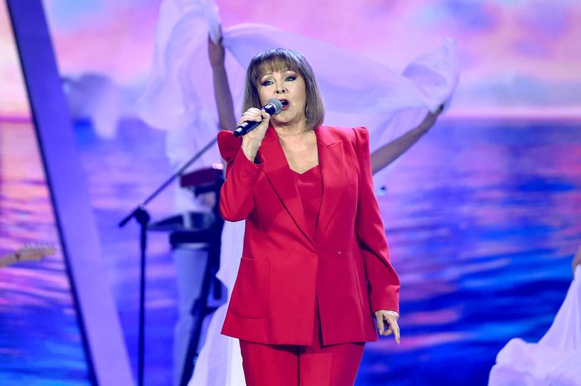 Jedną z gwiazd Wakacyjnej Trasy Dwójki w Koszalinie była Izabela Trojanowska. Upadek gwiazdy na scenie zaniepokoił fanów.