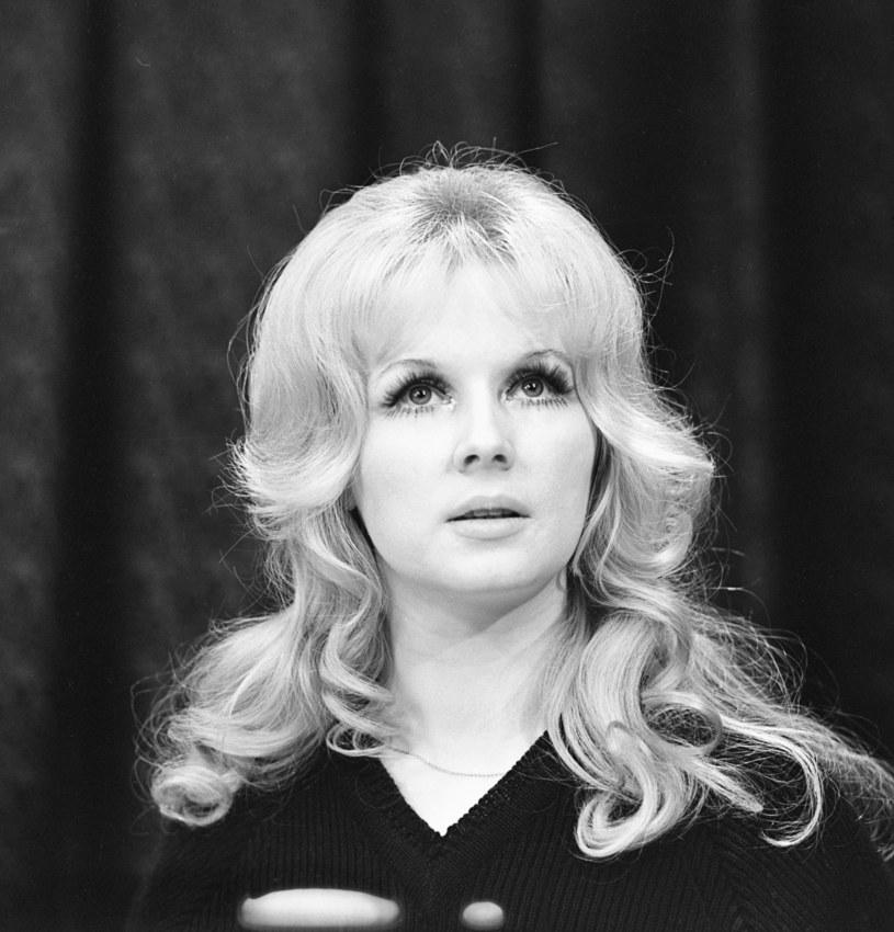 """Halina Kowalska, choć prywatnie skromna i pozbawiona parcia na szkło, przez 35 lat niemal nie schodziła ze sceny. Widzowie najlepiej pamiętają ją z takich filmów jak: """"Nie lubię poniedziałku"""", """"Nie ma róży bez ognia, """"Sanatorium pod klepsydrą"""", a także z roli śpiewaczki w serialu """"Alternatywy 4"""". 27 lipca aktorka obchodzi 80. urodziny, a my wspominamy najważniejsze momenty jej kariery."""