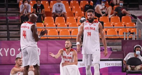 Polscy koszykarze 3x3 ulegli Holandii 20:22 po dogrywce w swoim szóstym meczu turnieju olimpijskiego w Tokio. To ich czwarta porażka w igrzyskach. Wcześniej we wtorek przegrali z reprezentacją Chin 19:21. W meczu o pozostanie w turnieju spotkają się jutro o 7:40 z Belgią.