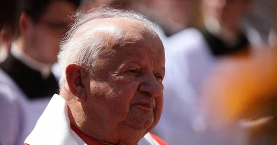 Krakowski sąd oddalił zażalenie europosła Łukasza Kohuta na odmowę wszczęcia śledztwa w sprawie kard. Stanisława Dziwisza. Polityk zarzucił duchownemu, że ten uczestniczył w procederze ukrywania nadużyć seksualnych księży wobec nieletnich. Decyzja sądu jest prawomocna.