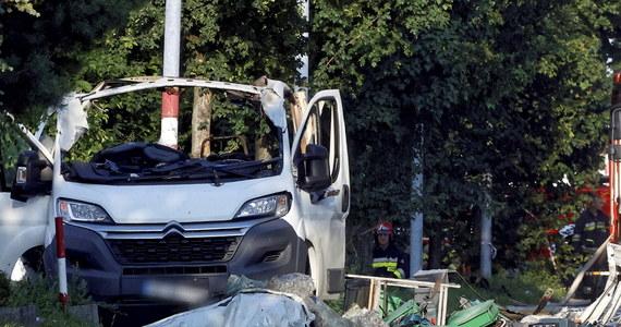 Dwie osoby zginęły, a trzecia jest ranna. To skutki wybuchu butli z gazem technicznym, do którego doszło w Częstochowie na jednym z parkingów przed sklepem przy ul. Wrocławskiej. Akcja strażaków może potrwać nawet dobę.