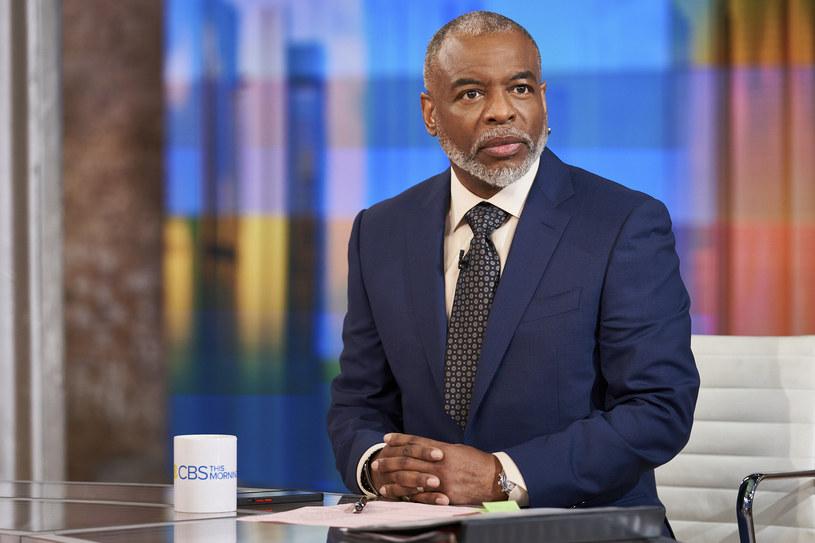 """""""Jeopardy!"""" to teleturniej nadawany na antenie stacji NBC od 1964 roku. W 1984 roku jego prowadzenie przejął Alex Trebek i prowadził go aż do swojej śmierci w 2020. Teraz jednym z tzw. """"gościnnych prowadzących"""", którzy przejęli prowadzenie """"Jeopardy!"""" jest aktor LeVar Burton, który uważa, że jego wybór można porównać do wyboru Baracka Obamy na prezydenta Stanów Zjednoczonych."""
