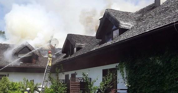 W pensjonacie w Strzebowiskach niedaleko Cisnej w Bieszczadach doszło do pożaru. Zapaliło się poddasze dużego budynku.