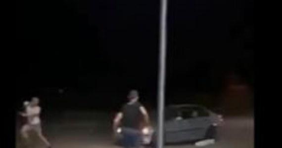 26-letni mężczyzna podejrzany o próbę przejechania samochodem pieszych w miniony weekend w Radymnie (woj. podkarpackie) usłyszał zarzut narażenia kilku osób na bezpośrednie niebezpieczeństwo utraty życia albo ciężkiego uszczerbku na zdrowiu. Grozi mu do 3 lat więzienia.