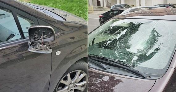 Półnagi i agresywny 28-latek zdewastował samochód we Wrocławiu. Był przekonany, że to auto partnera jego byłej dziewczyny. Okazało się, że mężczyzna się pomylił.
