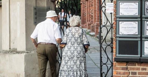 Wdowie lub wdowcowi powinno przysługiwać dodatkowo 25 proc. emerytury zmarłego współmałżonka; to jedna z propozycji PO dotyczących zmian w systemie emerytalnym - mówiła w czwartek w Kielcach posłanka PO Marzena Okła-Drewnowicz.
