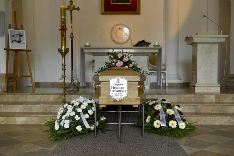 Rodzina, przyjaciele, najwierniejsi fani i koledzy po fachu, w tym Maria Mamona, Sławomira Łozińska czy Krzysztof Szuster towarzyszyli Eugenii Herman w jej ostatniej drodze. Uroczystość w kościele była bardzo skromna, a w świątyni panowały spore pustki. Aktorka zmarła 19 lipca w Domu Artystów Weteranów w Skolimowie, gdzie mieszkała przez ostatnie lata swojego życia.