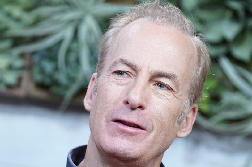 """Bob Odenkirk, gwiazdor serialu """"Zadzwoń do Saula"""", został przewieziony do szpitala w środę po tym, jak zasłabł na planie produkcji."""