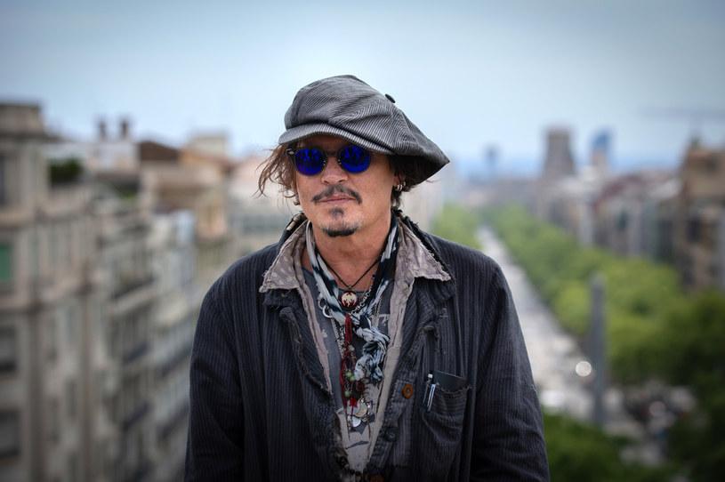 """Choć najnowszy film z Johnnym Deepem w obsadzie zatytułowany """"Minamata"""" zadebiutował jeszcze w lutym ubiegłego roku na festiwalu w Berlinie, amerykańscy widzowie wciąż nie doczekali się jego premiery kinowej. Reżyser tej produkcji oskarża teraz MGM, że celowo odłożyło na półkę jego dzieło z powodu skandalu obyczajowego z Deppem w roli głównej i jego przegranego procesu z bulwarówką """"The Sun"""", która w jednym z tekstów nazwała go """"żonobijcą""""."""