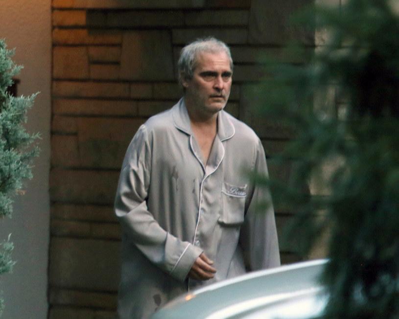 """Joaquin Phoenix słynnie z ogromnego zaangażowania w pracę nad każdą rolą, co wiąże się często z diametralną zmianą wyglądu. Aby wiarygodniej sportretować bohatera, bez wahania decyduje się ekstremalnie schudnąć lub dla odmiany mocno przybrać na wadze. Opublikowane właśnie zdjęcia z planu jego nowej produkcji, """"Disappointment Blvd."""" pokazują, że Phoenix nie zmienił swojego podejścia do tej kwestii. Laureat Oscara na potrzeby nowej kreacji aktorskiej wyraźnie przytył, a jego bujną fryzurę zastąpiły rzadkie siwe włosy."""