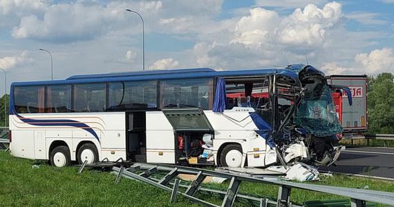 Na autostradzie A1 na wysokości MOP Strzelce doszło do wypadku. Autobus wiozący dzieci z powiatu piaseczyńskiego wracające z obozu w Wałczu zderzył się tam z samochodem ciężarowym. 13 osób jest rannych.