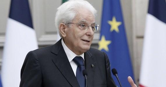 """Prezydent Włoch Sergio Mattarella oświadczył w środę, że zaszczepienie się przeciwko Covid-19 to """"obowiązek moralny i obywatelski"""". Oficjalny rejestr zmarłych od początku epidemii koronawirusa w kraju przekroczył 128 tysięcy. To najwyższa liczba zgonów w UE."""