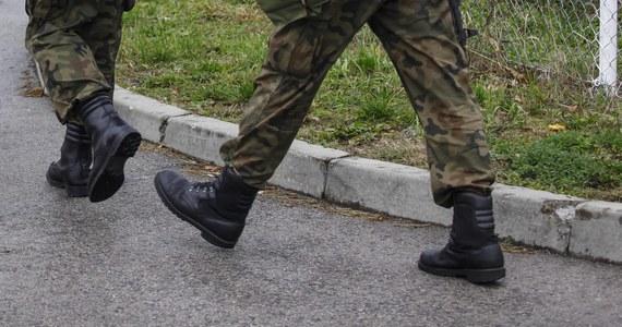 Zatrzymanych zostało dziesięciu żołnierzy 6. Batalionu Dowodzenia w Krakowie. Mężczyźni są podejrzani o wręczenie dowódcy łapówki w zamian za skierowanie ich na misję zagraniczną do Kosowa oraz na kursy podoficerskie. To kolejne zatrzymania w jednostce.