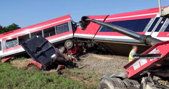 Osiem osób zostało rannych w wyniku zderzenia pociągu relacji Szczecin – Tantow z samochodem ciężarowym w Kołbaskowie w woj. zachodniopomorskim. Z pociągu ewakuowano 39 osób.