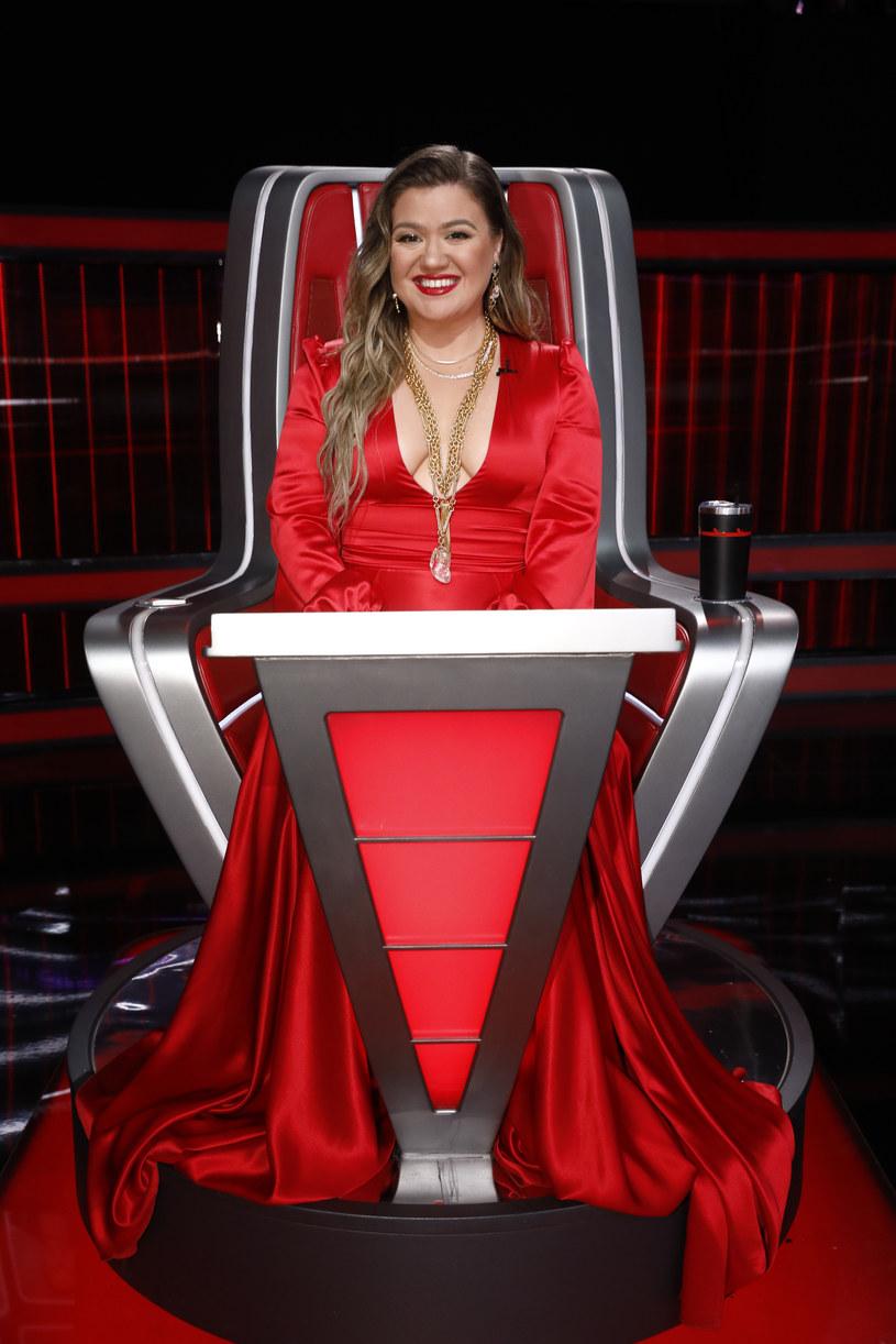 Amerykańskie media ujawniły, że wokalistka Kelly Clarkson musi płacić blisko 200 tysięcy dolarów miesięcznie swojemu byłemu mężowi Brandonowi Blackstockowi z tytułu alimentów. To nie wszystkie koszty, które ponosi gwiazda.