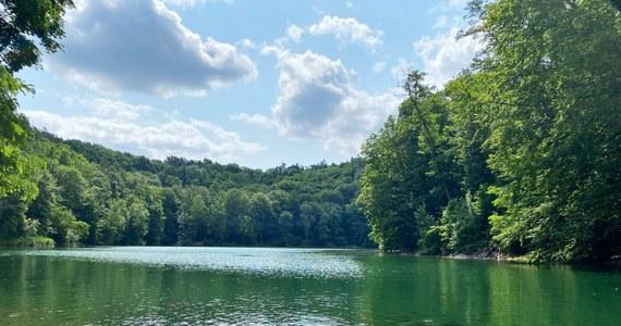 """W naszym wakacyjnym cyklu o """"zagranicznych"""" atrakcjach w Polsce tym razem odwiedzamy Szczecin. Tam, na osiedlu Zdroje na obszarze Parku Krajobrazowego Puszcza Bukowa położone jest sztuczne Jezioro Szmaragdowe. Zawdzięcza swą nazwę charakterystycznemu zabarwieniu wody, co jest skutkiem zawartości węglanu wapnia. Według niektórych przypomina Hamilton Pool Preserve w Teksacie. Zobaczcie to sami!"""