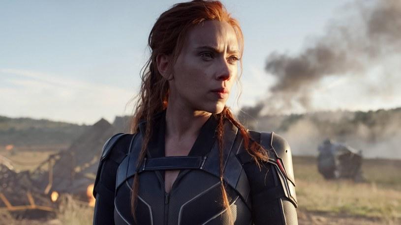 """Scarlett Johansson wystąpiła na drogę sądową przeciwko firmie Walt Disney Co. Gwiazda """"Czarnej Wdowy"""" twierdzi, że równoczesna premiera filmu na platformie streamingowej Disney+ naruszyła warunki jej kontraktu. Wytwórnia zdążyła już odpowiedzieć na jej oskarżenia."""