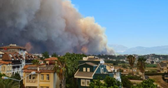 W Turcji w pożarze lasu w pobliżu miasta Manavgat oddalonego około 70 km od turystycznego miasta Antalya zginęły trzy osoby - poinformowały tureckie media. Setki pracowników służb ratowniczych wspomagane helikopterami i samolotem gaśniczym próbują opanować pożar. Polskie Ministerstwo Spraw Zagranicznych zaapelowało do turystów o czujność.