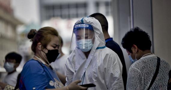 Chiny mierzą się z największą od wielu miesięcy falą zakażeń koronawirusem. Z ogniskiem groźnego wariantu Delta wykrytym na lotnisku w Nankinie wiązanych jest już ponad 200 przypadków. W piątek władze poinformowały, że źródłem infekcji był samolot z Rosji.