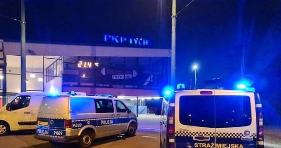 Policja wyjaśnia sprawę wieczornego porażenia prądem 16-latka w Tychach. Wypadek wydarzył się w rejonie tamtejszego dworca kolejowego.