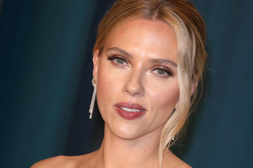 """Decyzja Disneya o jednoczesnym udostępnieniu """"Czarnej Wdowy"""" w kinach i na swojej platformie streamingowej wywołała stanowczy sprzeciw odtwórczyni głównej roli. Scarlett Johansson pozwała wytwórnię, gdyż, jak twierdzi, owa decyzja uderzy w nią finansowo, bo aktorka w kontrakcie zagwarantowany ma jedynie procent od wpływów ze sprzedaży biletów kinowych. """"Ten pozew nie ma żadnej wartości merytorycznej"""" - grzmią w odpowiedzi przedstawiciele Disneya."""