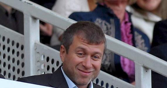 """Rosyjski oligarcha i właściciel londyńskiego klubu piłkarskiego Chelsea Roman Abramowicz pozwał do sądu autorkę i wydawcę książki """"Ludzie Putina"""". Domaga się od nich odszkodowania i przeprosin."""