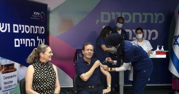 W Izraelu rozpoczęto podawanie trzeciej dawki szczepionki przeciw koronawirusowi osobom po 60. roku życia. Prezydent Icchak Hercog wraz z żoną Michal byli jednymi z pierwszych, którzy otrzymali zastrzyk przypominający.