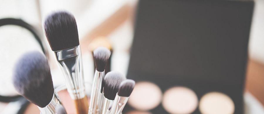 Perfekcyjny makijaż zależy od kilku czynników. Właściwa pielęgnacja twarzy oraz stosowanie odpowiednich kosmetyków to podstawa. Jednak nie mniej ważne są akcesoria, które pomagają wykonać idealny make-up. Na Twojej toaletce nie powinno więc zabraknąć pędzli do makijażu, a wśród nich tego przeznaczonego do rozświetlacza. Tylko jaki wybrać – z syntetycznym czy naturalnym włosiem? I po co w ogóle go używać?