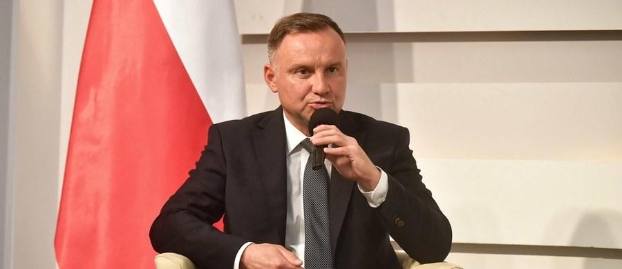 """""""Wierzę, że ludzie mają swoją własną mądrość i sami ustalają, co powinni ze sobą zrobić. Jestem sceptyczny wobec jakichkolwiek metod przymuszania"""" – stwierdził w Polsat News prezydent Andrzej Duda, zapytany o ewentualne wprowadzenie przez rząd jakichś form obowiązkowego szczepienia przeciwko Covid-19. """"Jestem za taką miękką perswazją, a nie przymusem, dlatego, że u Polaków jakikolwiek przymus budził zawsze głęboki sprzeciw"""" - podkreślił Duda."""