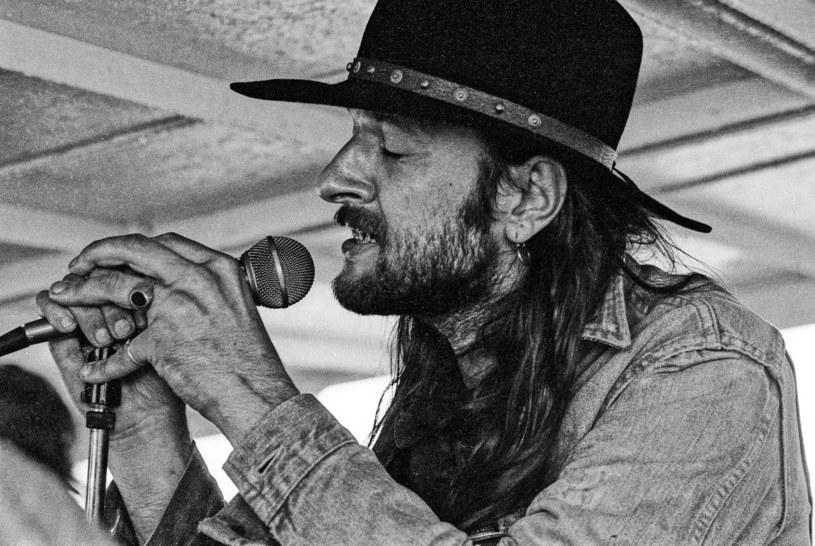 """Drugiego dnia festiwalu scenę przejęła legenda polskiej muzyki - zespół Dżem. Uczestnicy mogli usłyszeć nieśmiertelne przeboje, jak """"Paw"""" czy """"Whisky"""". Nie zabrakło również hołdu dla Ryśka Riedla."""
