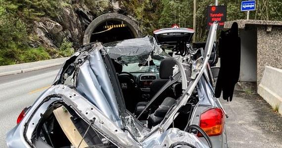 Mieszkający w Norwegii 41-letni Polak cudem ocalał, gdy w tunelu na jego samochód spadł ważący tonę kamień. Kierowca był milimetry od śmierci - stwierdza w wyemitowanym w piątek materiale norweska telewizja NRK.