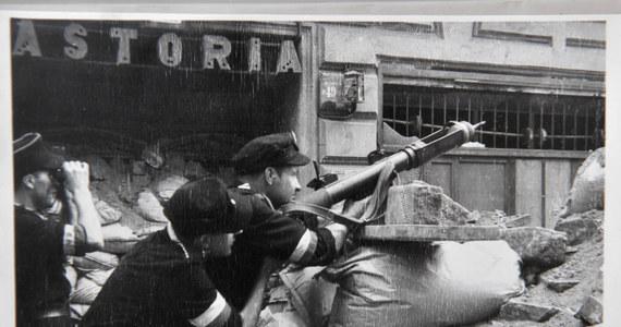 """77 lat temu, 31 lipca 1944 roku, dowódca AK gen. Tadeusz Komorowski """"Bór"""" wydał komendantowi Okręgu AK Warszawa-Miasto płk. Antoniemu Chruścielowi """"Monterowi"""" decyzję o rozpoczęciu 1 sierpnia 1944 roku powstania. """"Po pięciu blisko latach nieprzerwanej i twardej walki prowadzonej w podziemiach konspiracji stajecie dziś otwarcie z bronią w ręku"""" – głosiło wezwanie."""