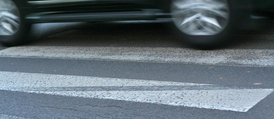 78-letnia kobieta trafiła do szpitala po potrąceniu na przejściu dla pieszych w Skarżysku-Kamiennej przez nieoznakowany radiowóz. Badanie wykazało, że policjant prowadzący auto był trzeźwy.