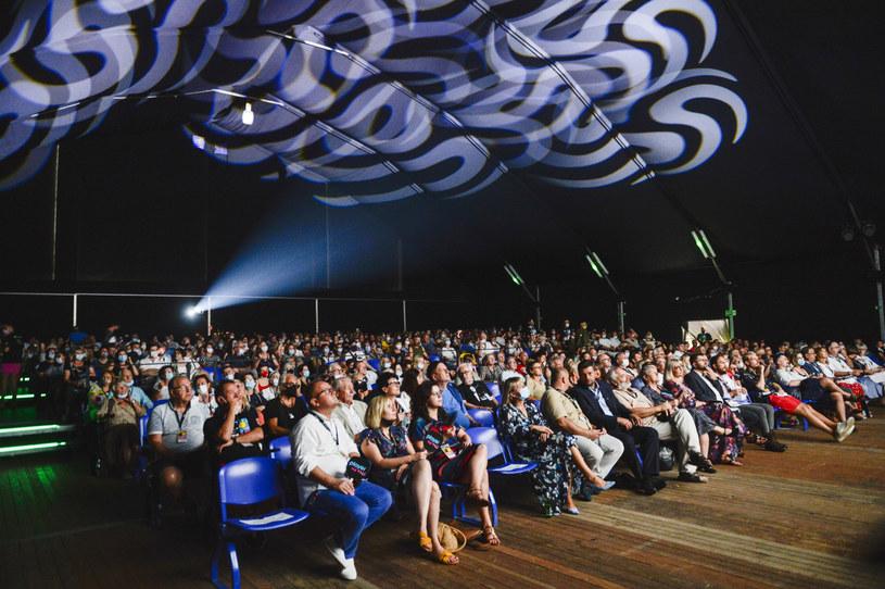 Do Kazimierza Dolnego przyjechały w sobotę tłumy miłośników kina. Rozpoczął się tam Festiwal Filmu i Sztuki Dwa Brzegi. W trakcie ośmiu dni widzowie będą mogli zobaczyć m.in. 19 pokazów premierowych. Zaplanowano również spotkania z aktorami, wystawy oraz koncerty.