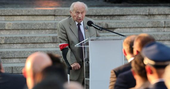 """""""My, powstańcy naszym bogatym wieloletnim doświadczeniem z całym przekonaniem możemy powiedzieć, że bez wolności i suwerenności życie człowieka jest niezmiernie trudne i ciężkie"""" - mówił w czasie uroczystości w przeddzień 77. rocznicy wybuchu Powstania Warszawskiego Jerzy Józef Mindziukiewicz, ps. """"Jur"""" - Powstaniec Warszawski. """"Apelujemy więc do wszystkich młodych, aktywnych ludzi: dbajcie i walczcie o te wartości"""" - dodał."""