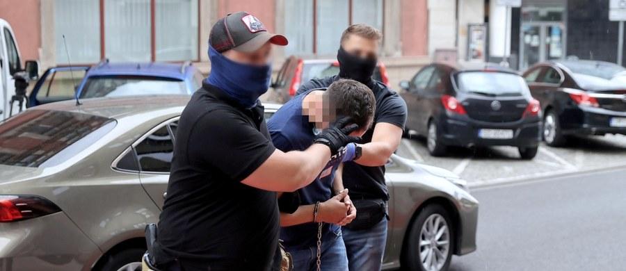 """Zarzut zabójstwa usłyszał Łukasz T. - 31-letni kierowca autobusu, który w sobotę przejechał w Katowicach 19-latkę. Odpowie też za usiłowanie zabójstwa dwóch innych osób. """"Podejrzany stwierdził, iż nie miał świadomości, że kogokolwiek potrącił autobusem, że kogokolwiek ma pod kołami autobusu. Chciał dojechać do zajezdni, ponieważ - jak wyjaśnił - tam miał czuć się bezpiecznie, ponieważ tam miała być ochrona"""" – poinformowała prok. Monika Łata z Prokuratury Okręgowej w Katowicach."""