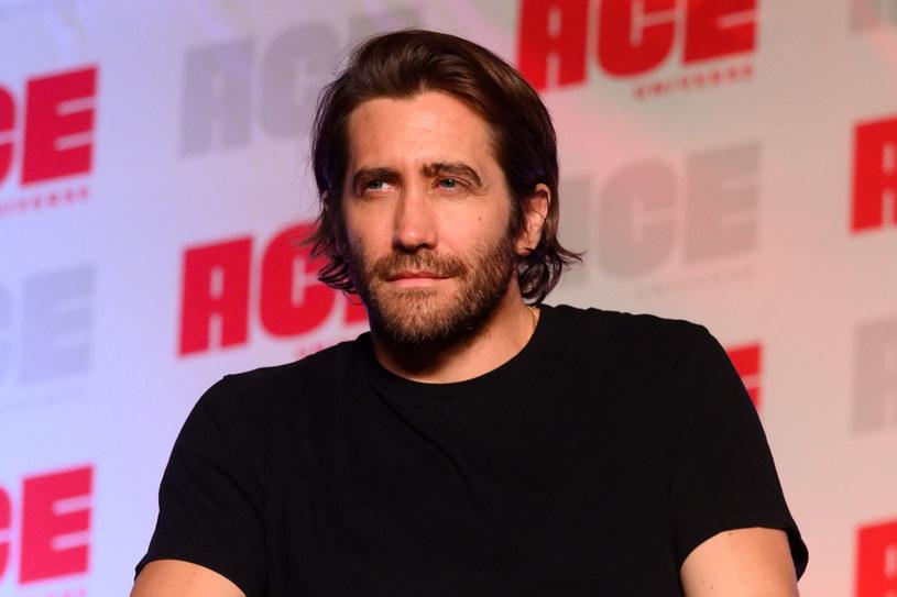 """Już kilka lat temu Ryan Reynolds powiedział, że Jake Gyllenhaal jest lepszym kucharzem niż Blake Lively. Teraz 40-letni aktor pochwalił się, że podczas pandemii znacząco poprawiły się jego umiejętności w zakresie pieczenia ciast. """"Zawsze lubiłem gotować, ale dopiero teraz nauczyłem się robić czarno-białe ciasto"""" - wyznał w wywiadzie dla agencji prasowej PA. Czy zatem zdziwienie wywoła fakt, że jest ogromnym fanem programu """"The Great British Baking Show""""?"""